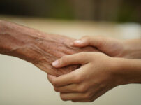 謙遜への返し方|謙遜する男女両方に使える「褒めテクニック」